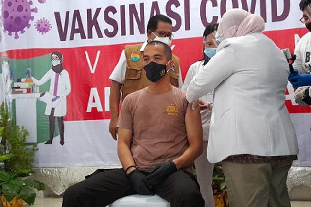 Kapolres Seram Bagian Barat Jadi Orang Pertama Disuntik Vaksin