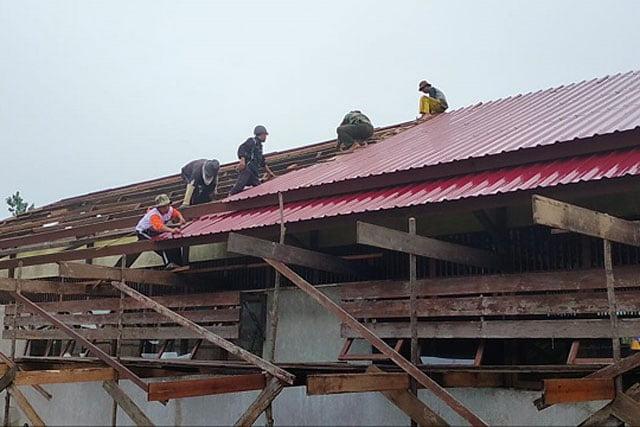 Personil Kodim 1208 Sambas Rehab Bangunan SDN 06 B Desa Sebangun
