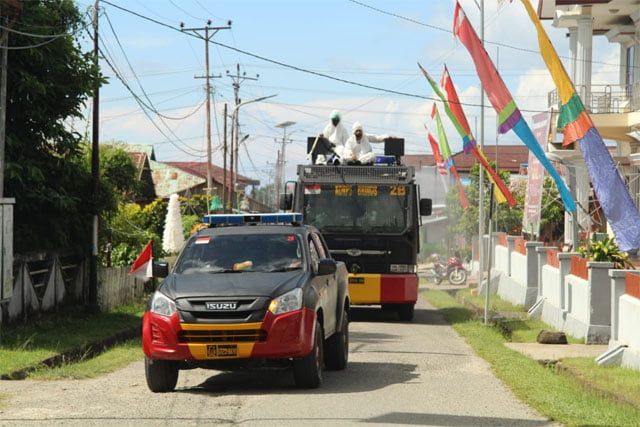 Brimob Piru Gandeng Desa Piru dan Niniari Semprot Disinfektan Berskala Besar