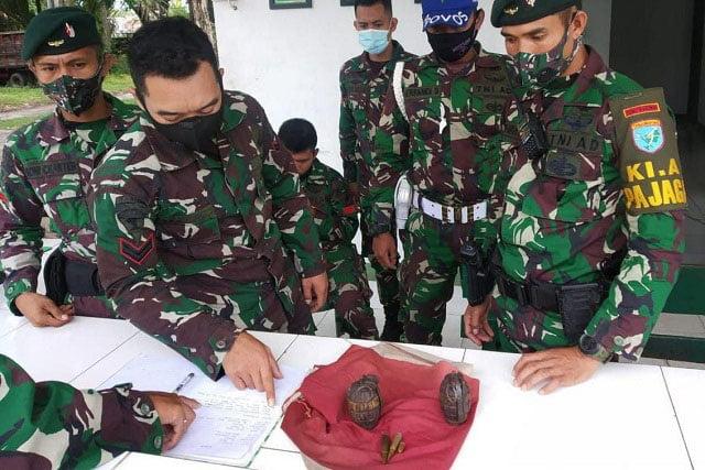 Warga Singkawang Serahkan 2 Granat Tangan ke Yonif Raider 641