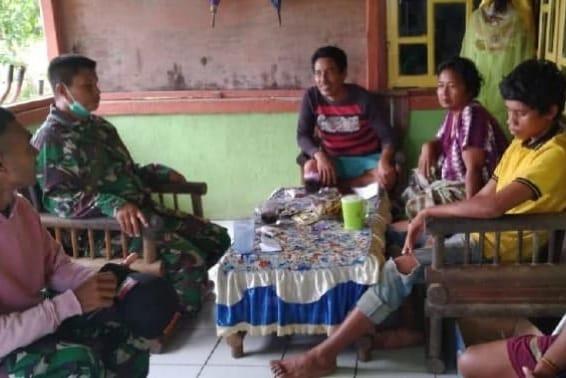 Melalui Komsos Babinsa Kodim 1802/Sorong Sosialisasikan Penerimaan Anggota TNI