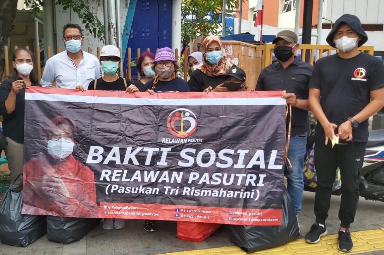 Relawan Pasutri Berbagi Nasi Kotak Kepada Warga DKI Jakarta